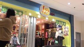 Храните заключительный спуск на ноче внутри мола центра Coquitlam видеоматериал