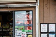 Храните знаки показывая джэкпоты игры лотереи стоковые изображения