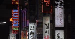 Храните знамена и автомобили проходя мимо в Сеуле, Южной Корее сток-видео