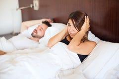 Храпя партнер в кровати Стоковое фото RF
