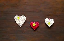 Хризантемы и декоративные сердца на деревянной предпосылке декор праздничный стоковые изображения rf