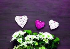 Хризантемы и декоративные сердца на деревянной предпосылке декор праздничный стоковое фото