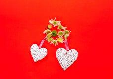 Хризантемы и декоративные сердца на предпосылке коралла декор праздничный стоковое фото rf