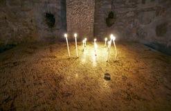 Христиане освещают свечи, церковь святого Sepulchre - Jerusal стоковые изображения