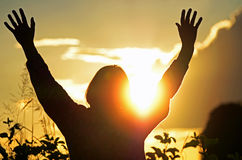 Христианская женщина поклоняется & хвалится бога надеясь для отвеченной молитвы стоковое изображение