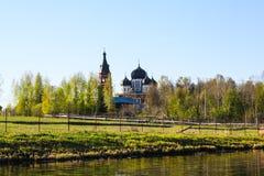 Христианская церковь в елевом лесе стоковая фотография rf