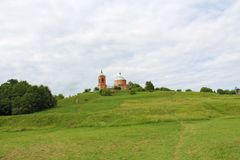 Христианский висок стоит вверху зеленая гора в стоковое изображение