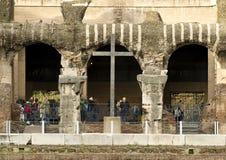 Христианский крест внутри Колизея Рима Стоковое Изображение RF