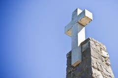 Христианский крест в голубой предпосылке - отображайте с космосом экземпляра Стоковые Изображения