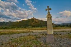 Христианский крест в Mtskheta с монастырем Jvari в предпосылке Стоковое Изображение