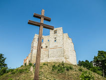 Христианский крест и руины старого замка стоковая фотография