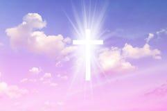 Христианский крест кажется ярким в небе Стоковые Фото