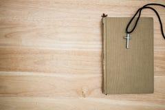 Христианский крест на деревянной предпосылке Стоковая Фотография RF