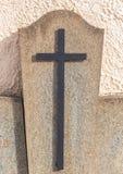 Христианский крест на могиле Стоковая Фотография RF