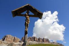 Христианский крест сделанный из древесины в горах Стоковое Изображение RF