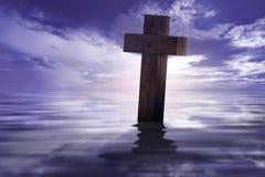 Христианский крест с отраженный на воде Стоковые Изображения RF