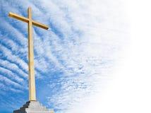 Христианский крест с предпосылкой неба. Шаблон или рамка вероисповедания. Стоковое фото RF