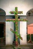 Христианский крест с цветками Стоковые Фотографии RF
