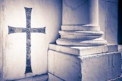 Христианский крест inlayed в мраморной стене ` s Лукки cathed Стоковое фото RF