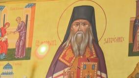 Христианский St Theophan значка отшельник перед свечой сток-видео