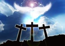 3 христианских креста, облака ангела поднимая красивые Стоковое Изображение