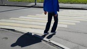 Хромать, который выросли человек входит в crosswalk Кладет его инвалидность ног на цыпочках - с церебральным параличом акции видеоматериалы
