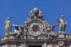Хронометрируйте на фасаде St Peter в Риме, Италии Стоковые Фото