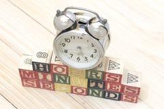 Хронометрируйте с деревянными кубами на часах слов деревянного стола, минутах, секундах охладите Стоковые Изображения RF