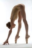 Хрупкая балерина принимает глубокий наклон вперед стоковое фото rf