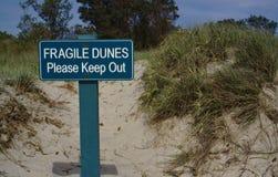 Хрупкие дюны держат вне знак стоковая фотография rf