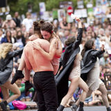 Хрупкий танцор в оружиях его партнера стоковые фотографии rf