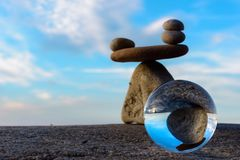Хрустальный шар и камни Стоковые Фотографии RF
