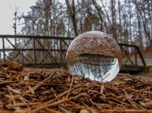Хрустальный шар переворачивает изображение Footbridge стоковые фото