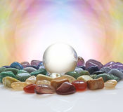 Хрустальный шар окруженный заживление кристаллами