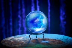 Хрустальный шар рассказчика удачи с драматическим освещением стоковые фото