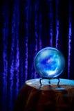 Хрустальный шар рассказчика удачи с драматическим освещением стоковая фотография