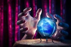 Хрустальный шар рассказчика удачи с драматическим освещением стоковое изображение