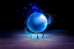 Хрустальный шар рассказчика удачи с драматическим освещением стоковое изображение rf