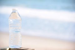 Хрустящая бутылка воды на пляже Стоковое Изображение