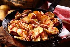 Хрустящая золотая картошка с frankfurters и беконом Стоковое Фото