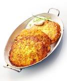 Хрустящая картошка Rosti, который служат с сметанообразным соусом укропа Стоковые Фото