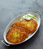 Хрустящая картошка Rosti, который служат с сметанообразным соусом укропа Стоковые Изображения RF