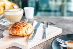 Хрустящая корочка хлеба с горячим кофе стоковая фотография rf