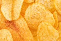 Хрустящая предпосылка текстуры закуски картофельных чипсов, взгляд сверху стоковая фотография rf