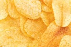 Хрустящая предпосылка текстуры закуски картофельных чипсов, взгляд сверху стоковое фото