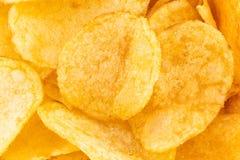 Хрустящая предпосылка текстуры закуски картофельных чипсов, взгляд сверху стоковое изображение