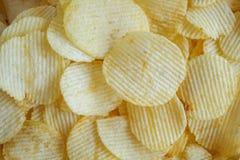 Хрустящая предпосылка текстуры закуски картофельных чипсов стоковые фото
