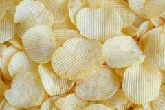Хрустящая предпосылка текстуры закуски картофельных чипсов стоковые изображения