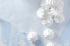 Хрустящие меренги и белая печь бумага на голубой таблице Процесс создания программы-оболочки помадок стоковая фотография