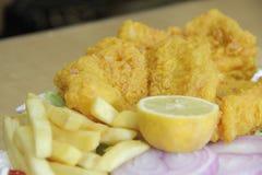 Хрустящие панированые цыплята с картофелем фри стоковая фотография